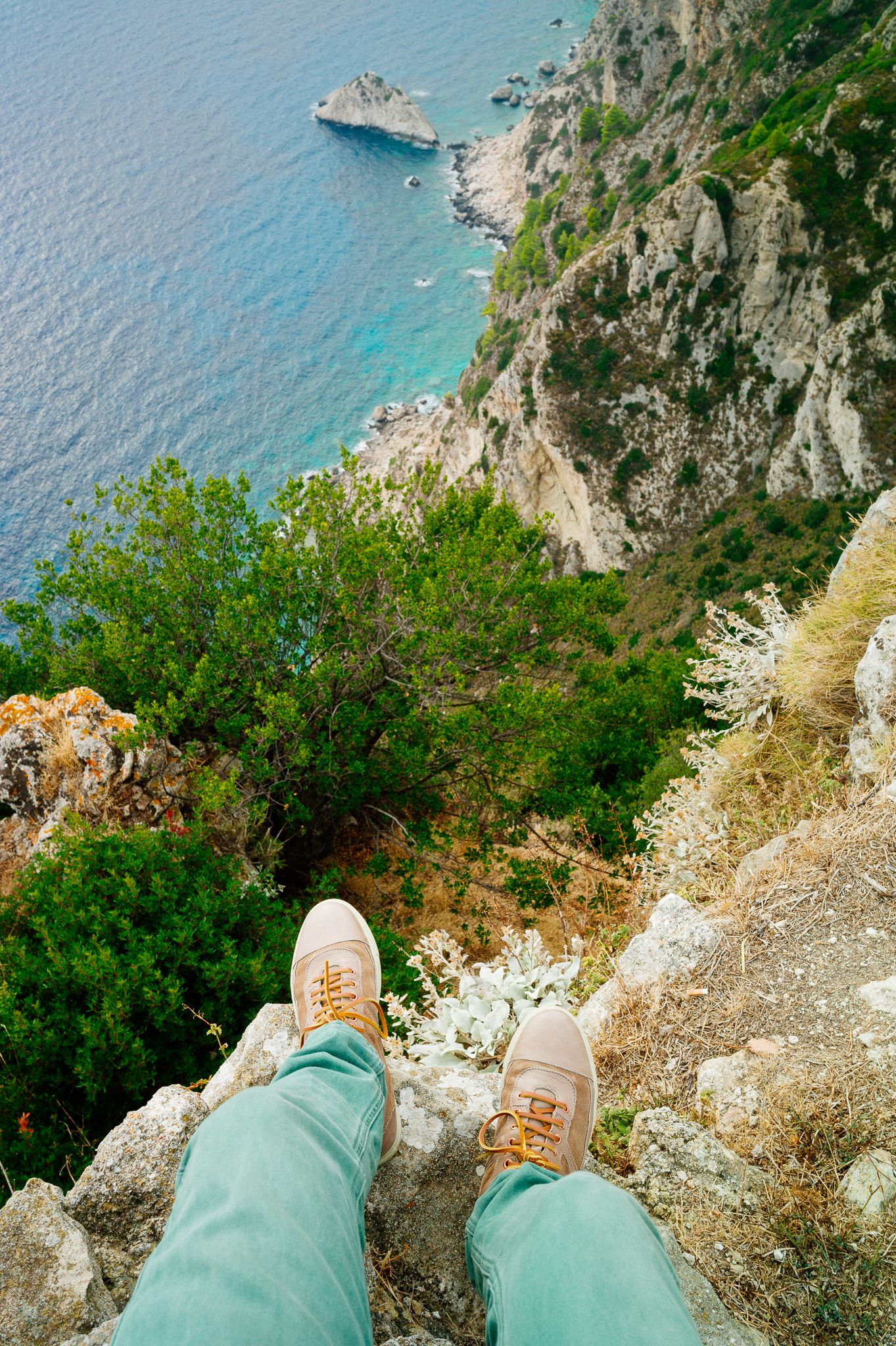 greece_corfu_28mm_elmarit_asph_on_edge_cliff
