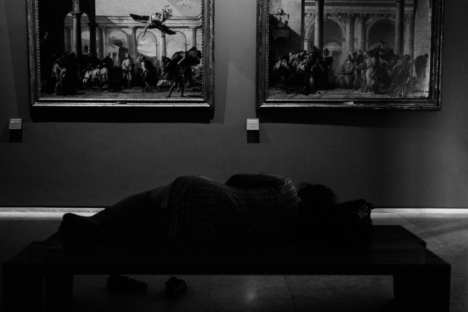 paris_louvre_france_museum_woman_sleeping_35mm_summicron_leica_m240_jipvankuijk