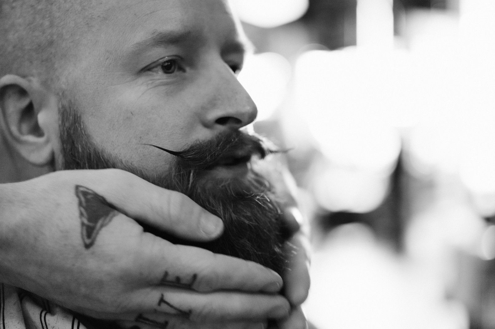 Rune getting his beard styled by Maus